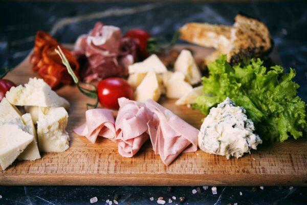 na dębowej desce włoskie wędliny salami napoli, salami picante, pancetta, prosciutto crudo, ser pecorino, grana padano, gorgonzola i wiele innych pyszności w krakowie