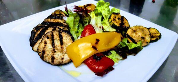 biały talerz z grillowanymi warzywami