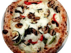 Na cienkim cieście z grubymi brzegami napolitańska pizza Ortolana (mozarella, cukinia, bakłażan, papryka, pieczarki oliwa z oliwek) taka pizza wegetariańska w Krakowie