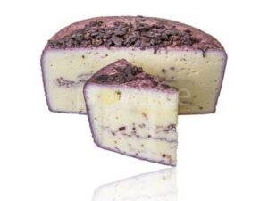 2 kawałki sera na białym tle