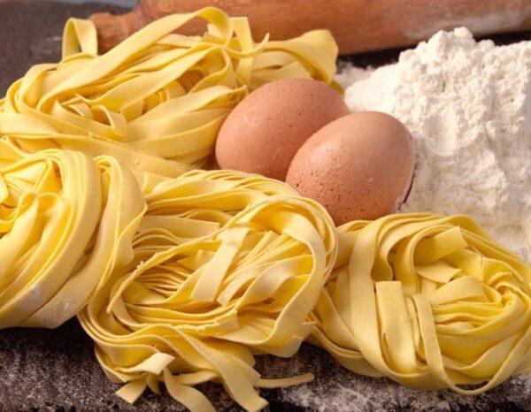 na białym tle Makaron domowy, robiony przez naszych kucharzy z włoskiej mąki TAGLIATELLE PASTA FRESCA, 125G
