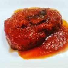 """na białym tle Tunczyk alla """"Carlofortina"""" w sosie pomidorowym"""