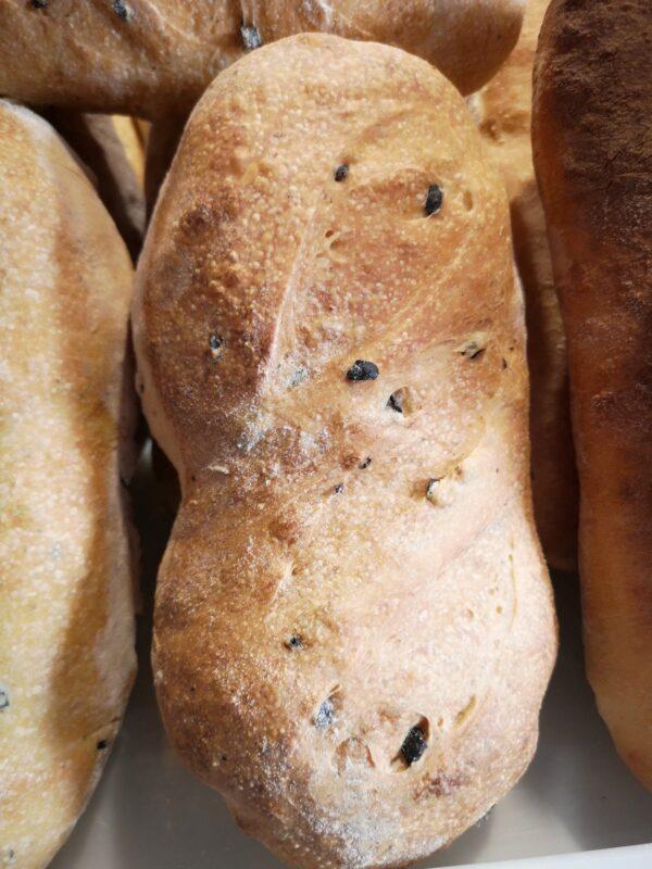 chleb wypiekany na miejscu z włoskiej mąki, z suszonymi pomidorami i bazylią