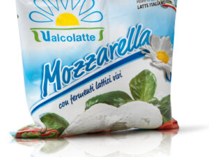 Na białym tle w opakowaniu mozzarella fior di latte