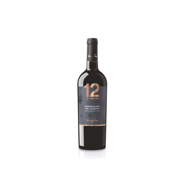 Na białym tle wino czerwone wytrawne Negroamaro del Salento
