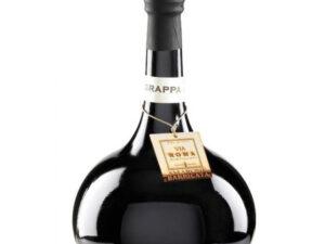 Czarna butelka na białym tle zawierająca amarone grappa