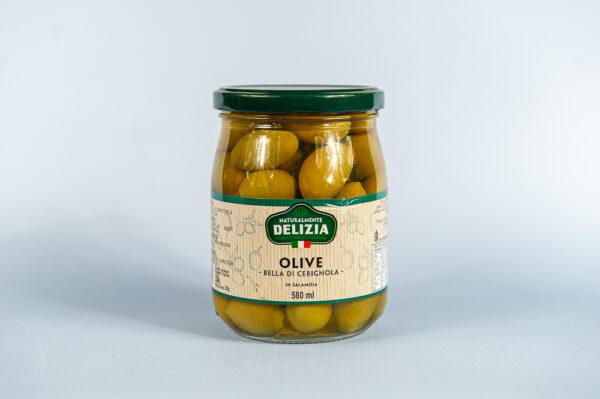 Na nibieskem tle słoik z Zielonymi oliwkami Cerignola - Delizia - 580ml