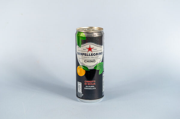 Na nibieskim tle puszka Włoski napój z owoców Chino, 330ml